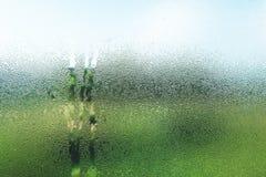 Gouttelettes sur le verre pendant le matin avec la vue de nature Image libre de droits
