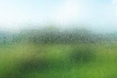 Gouttelettes sur le verre pendant le matin avec la vue de nature Photos libres de droits