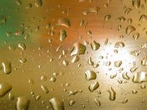 Gouttes de l'eau sur la plaque d'acier balayée images libres de droits