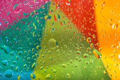 Gouttes de l'eau sur le fond coloré Profondeur de zone Foyer sélectif Photo modifiée la tonalité Photos stock
