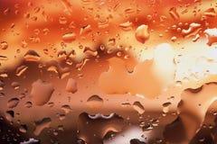 Gouttes de l'eau sur un fond de couleur Profondeur de zone Se Image libre de droits