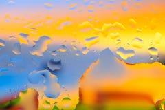 Gouttes de l'eau sur un fond de couleur Profondeur de zone Se Images stock