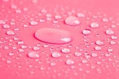 Gouttes de l'eau sur un fond de couleur Rose modifié la tonalité r Images libres de droits
