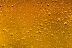 Gouttes de l'eau sur un fond jaune de couleur Images libres de droits