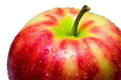 Gouttes de l'eau sur un plan rapproché de pomme sur un fond blanc Photo stock