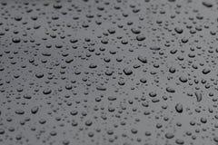Gouttes de l'eau sur un plan rapproché de surface métallique photos libres de droits