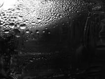 Gouttes de l'eau sur une texture noire de fond images libres de droits