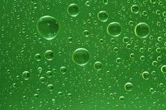 Gouttes de l'eau vertes fantastiques sur la glace Image libre de droits