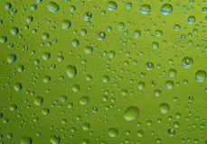 Gouttes de l'eau vertes fantastiques sur la glace Image stock