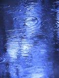 Gouttes de pluie sur l'eau Image libre de droits