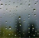 Gouttes de pluie sur l'hublot Image libre de droits