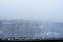 Gouttes de pluie sur l'hublot photographie stock