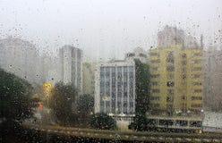 Gouttes de pluie sur la fenêtre photos stock
