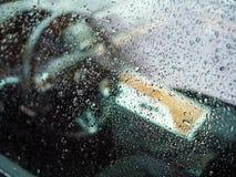 Gouttes de pluie sur la fenêtre de voiture de luxe images stock