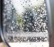 Gouttes de pluie sur le miroir de sideview Image libre de droits