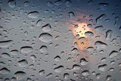 Gouttes de pluie sur le verre clair Image libre de droits