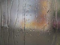Gouttes de pluie sur le verre pendant le jour d'automne image stock