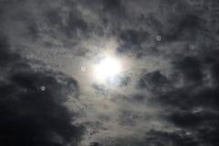 Gouttes de pluie sur le vitrail et le ciel noir photo libre de droits