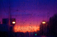 Gouttes de pluie sur un carreau de fenêtre Image stock