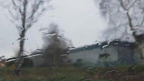 Gouttes de pluie sur un hublot banque de vidéos