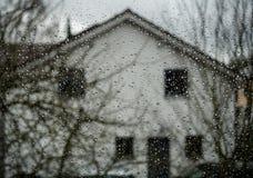 Gouttes de pluie sur un hublot Photo stock