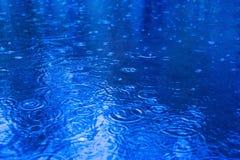 Gouttes de pluie sur un magma un jour pluvieux photos stock