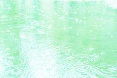 Gouttes de pluie sur un magma Ton bleu doux images libres de droits