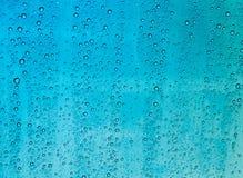 Gouttes de pluie sur un verre de fenêtre images libres de droits