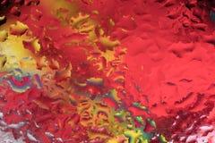 Gouttes de pluie sur un verre de fenêtre couleur photographie stock