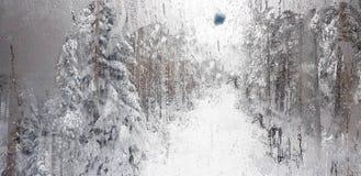 Gouttes de pluie sur une fenêtre avec la montagne bleue neigeuse photos libres de droits
