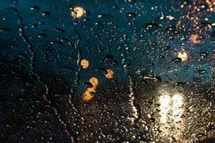 Gouttes de pluie troubles sur la fenêtre et les voitures Photo stock