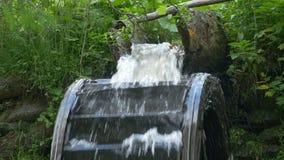 Gouttière débordante de moulin de l'eau banque de vidéos