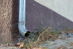 Gouttière vidangeant l'eau de pluie Le bâtiment est équipé du drainag image stock