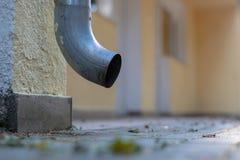 Gouttière vidangeant l'eau de pluie Le bâtiment est équipé du drainag photos stock