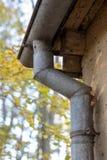 Gouttière vidangeant l'eau de pluie Le bâtiment est équipé du drainag images libres de droits