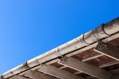 Gouttières et bottes sales de toit nécessitant l'entretien Image stock