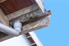 Gouttières et tuyau de descente moisis et s'écaillants d'amiante Photos stock