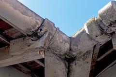 Gouttières moisies négligées d'amiante de vintage et épluchage de Tru en bois Image stock