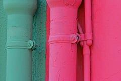 Gouttières vertes et roses des maisons sur l'île de Burano en Italie Image libre de droits
