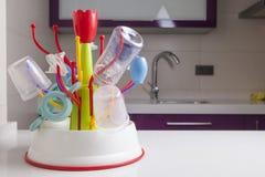 Égouttoir complètement des objets en plastique de vaisselle de bébé Photographie stock libre de droits