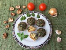 Goutweed-Omelett mit Pilze Shiitake auf Platte Stockbild