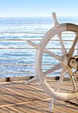 Gouvernail de direction de bateau sur le fond bleu Photographie stock libre de droits