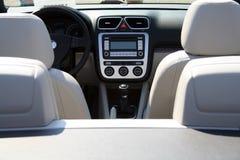 Gouvernail de direction, panneau de mètre et sièges d'un cabriolet Photographie stock libre de droits