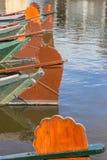 Gouvernails de direction des bateaux en bois traditionnels dans Giethoorn Photo stock