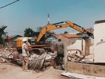 Gouvernement prenant en bas des maisons illégales Photo libre de droits
