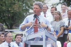 Gouverneur Bill Clinton spricht an der Universität von Texas während der Clinton-/Gore-Buscapade Kampagne Ausflug 1992 in Austin, stockbild