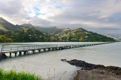 Gouverneur-Bucht-Anlegestelle und Port Hills im Hintergrund in Christchurch Lizenzfreies Stockfoto