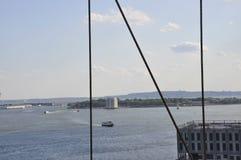 Gouverneur-Inselansicht von der Brooklyn-Brücke über East River von New York City in Vereinigten Staaten lizenzfreie stockfotos