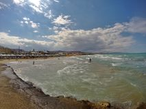 Gouves em Grécia, na ilha da Creta Lugar agradável a visitar em férias de verão Divertimento no mar Fotografia de Stock