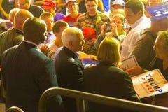Gov Pence Shakes Hands na câmara municipal do GOP do PA fotografia de stock